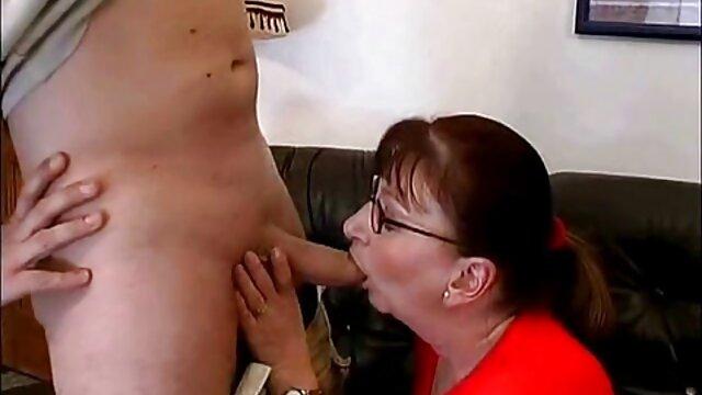 Babe erotische ältere damen wird auf einem Feld gefickt
