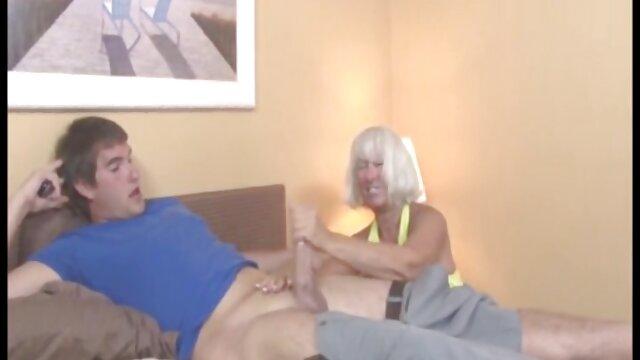 Teen Rotschopf bekommt erotische ältere damen erste Gesichtsbehandlung und saugt Bälle während die Eltern zu Hause sind