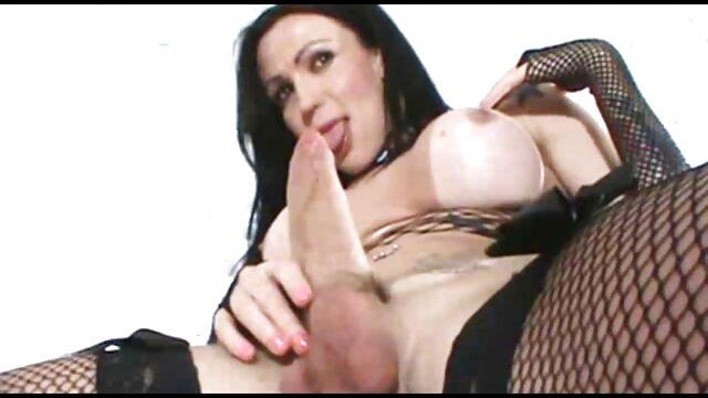 Muskulösen Homosexuell dude setzt Cum auf seinem Gesicht erotische ältere damen