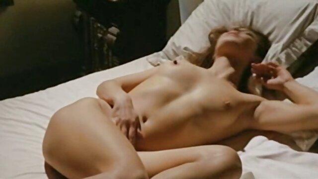 Schöne Küken teilen sich pornofilme mit älteren damen einen Schwanz